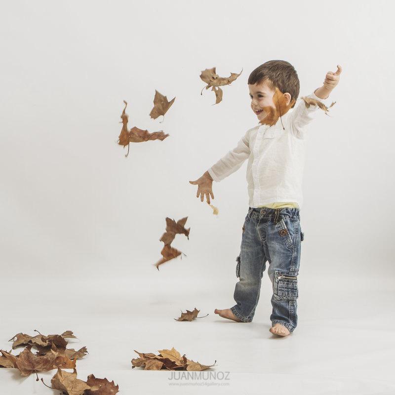 fotografía infantil, fotografía de estudio. otoño en el estudio