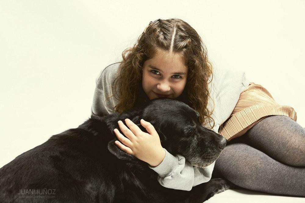 Sesión de estudio con perro, fotografía infantil, fotografía de estudio.
