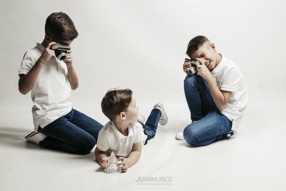 Sesión de estudio de hermanos, fotografía infantil, fotografía de estudio.